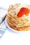 Stapel von Pfannkuchen auf einer Platte mit rotem Kaviar Lizenzfreie Stockfotografie