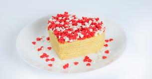 Stapel von Pfannkuchen in Form eines Herzens auf Platte mit kleiner SU Stockfoto