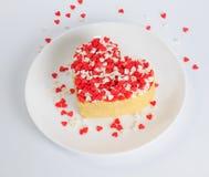 Stapel von Pfannkuchen in Form eines Herzens auf Platte mit wenig wh Stockfotos