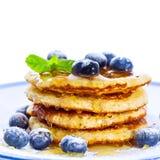 Stapel von Pfannkuchen mit den Blaubeeren besprüht mit Puderzucker und stockfotografie