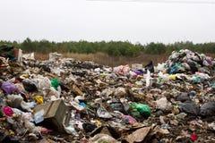 Stapel von Plastiktaschen und von anderen raffinierten Erdölprodukten entleerte in Müllgrube Abfallhaufen gibt einsickern in Bode Stockbilder