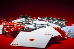 Stapel von Pokerchips und Paare Asse lizenzfreies stockfoto