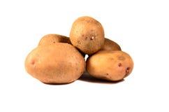 Stapel von potatos lokalisiert auf Weiß Lizenzfreie Stockfotos