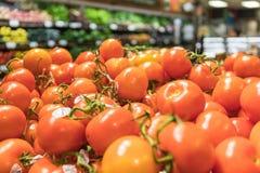 Stapel von Rebreifen Tomaten Stockfotografie