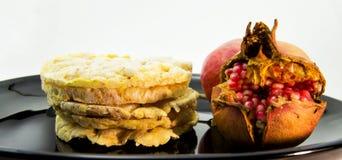 Stapel von Reis und Mais crakers auf einem schwarzen Teller für vegetarisches und gesundes Lebensmittelkonzept Lizenzfreies Stockbild