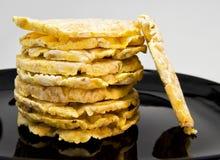 Stapel von Reis und Mais crakers auf einem schwarzen Teller für vegetarisches und gesundes Lebensmittelkonzept Lizenzfreie Stockbilder