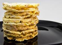 Stapel von Reis und Mais crakers auf einem schwarzen Teller für vegetarisches und gesundes Lebensmittelkonzept Lizenzfreie Stockfotos