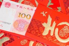 Stapel von roten chinesischen Umschlägen mit Geld stockfotografie