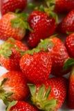 Stapel von roten Erdbeeren im Vordergrund stockbilder