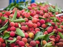 Stapel von roten thailändischen Litschis an Thailand's-Fruchtfestival 2017 Stockbilder