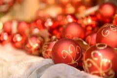Stapel von roten Weihnachtsbällen Stockfoto