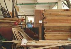 Stapel von rustikalen Holzrahmen im unordentlichen alten Lagerhaus - Weinlese Junkyard-/garagen-Lagerraum stockfotografie
