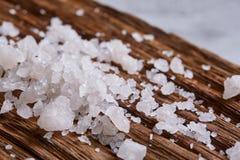Stapel von Salzkristallen auf dem dunklen hölzernen Hintergrund, Draufsicht, flache Lage, flache Schärfentiefe Lizenzfreie Stockfotografie