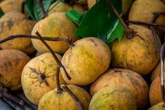 Stapel von Santol-Früchten in Thailand Lizenzfreie Stockbilder