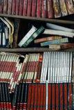 Stapel von schimmeligen, weggeworfenen Büchern - verlassene Schule lizenzfreies stockfoto