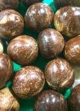 Stapel von schwarzen Kokosnüssen Stockfoto