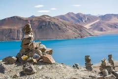 Stapel von Steinen am Pangong See in Ladakh, Indien Stockbilder