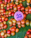 Stapel von Tomaten für Verkauf Lizenzfreie Stockfotografie