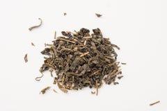 Stapel von trockenen grünen Teeblättern Lizenzfreies Stockfoto