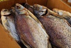 Stapel von trockenen großen Fischen in einem Papierkasten lizenzfreies stockfoto