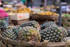 Stapel von tropischen organischen Ananas trägt im Korb für Verkauf im tradtional Landwirtmarkt von Bali-Insel, Indonesien Früchte Stockbild