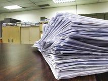 Stapel von unfertigen Dokumenten auf dem Schreibtisch, Stapel Gesch?ftspapier stockfotografie