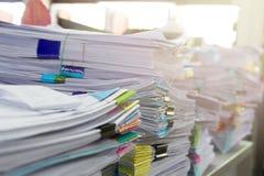 Stapel von unfertigen Dokumenten auf Schreibtisch Stockfoto