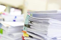 Stapel von unfertigen Dokumenten auf Schreibtisch Stockfotos