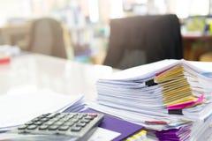 Stapel von unfertigen Dokumenten auf Schreibtisch Lizenzfreies Stockfoto