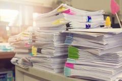 Stapel von unfertigen Dokumenten auf Schreibtisch Lizenzfreie Stockbilder