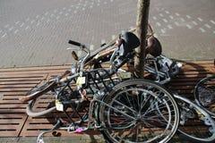 Stapel von verlassenen Fahrrädern auf den Straßen von Den Haag, markiert mit dem entfernt zu werden Demolierungsband lizenzfreies stockfoto