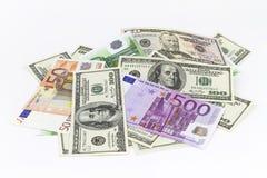 Stapel von verschiedenen Währungen lokalisiert auf weißem Hintergrund Stockbild
