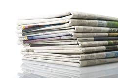 Stapel von verschiedenen Zeitungen Stockbild