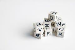 Stapel von Würfeln mit Buchstaben und Zahlen auf Weiß Stockfotos