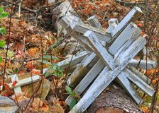 Stapel von weggeworfenen Kreuzen im Kirchhof in Hayward, Wisconsin Stockbild