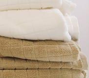 Stapel von Weiß und von Brown-Badetüchern Stockfotografie