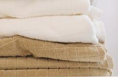 Stapel von Weiß und von Brown-Badetüchern Lizenzfreies Stockbild