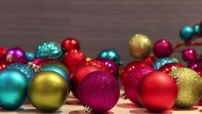 Stapel von Weihnachtsverzierungen stock footage