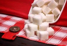 Stapel von Würfeln des raffinierten Zuckers auf Leinentischdecken Stockfoto