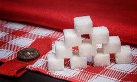 Stapel von Würfeln des raffinierten Zuckers auf Leinentischdecken Lizenzfreie Stockfotografie