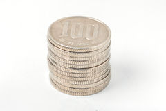 Stapel von 100 Yen prägt japanisches Geld auf weißem Hintergrund stockbilder