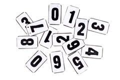 Stapel von Zahlen auf der Metallplatte lokalisiert auf Weiß lizenzfreie stockfotos