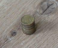 Stapel von zehn Eurocentmünzen auf hölzernem Hintergrund Lizenzfreies Stockfoto