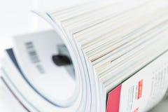 Stapel von Zeitschriften, flacher DOF stockbilder