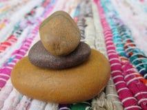 Stapel von Zen Pebbles On Colorful Mat lizenzfreies stockfoto