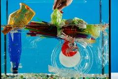 Stapel von zerknittert den bunten Plastikabfall, der geworfen wird lizenzfreie stockfotografie