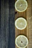 Stapel von Zitronen auf Holztisch stockfotografie