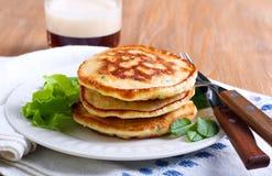 Stapel von Zuckermais- und Krautpfannkuchen Stockfoto
