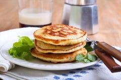 Stapel von Zuckermais- und Krautpfannkuchen Stockfotos