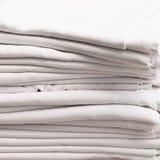 Stapel Weiß gefaltete Baumwolltischdecken Lizenzfreies Stockbild